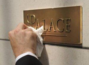 265042_un-employe-frotte-la-plaque-palace-apposee-sur-le-mur-d-un-grand-hotel-parisien-en-mai-2011